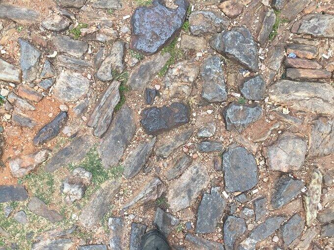 足元の黒い石は鉄鉱石だそうです。