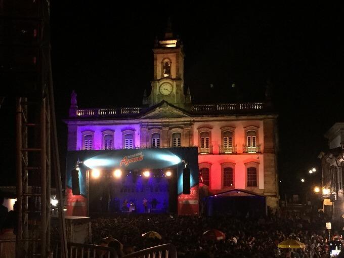 広場で開かれた夜のコンサート。MPBというブラジリアン・ポップはゆったりとしていて、音楽が街に溶け込んでいきます。